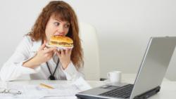 7 Thói quen ăn uống xấu của dân văn phòng ảnh hưởng đến sức khỏe