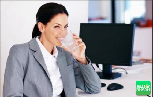 Uống nước giúp thư giãn khi làm việc máy tính