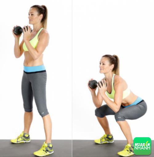 Động tác ngồi xổm nâng ly (Goblet squat)