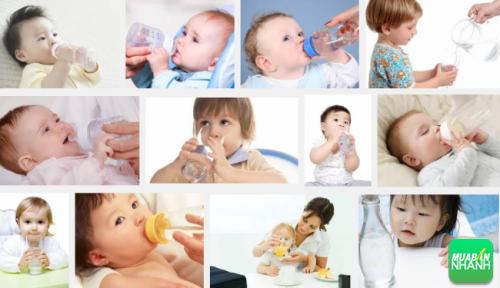 Nên cho trẻ uống thật nhiều nước để cung cấp lượng nước bị mất đi của cơ thể