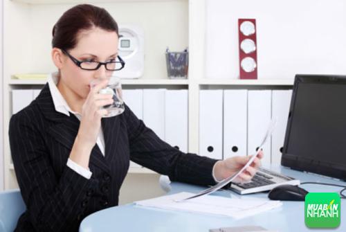 Uống nước sẽ giúp bạn giải tỏa được căng thẳng lúc làm việc