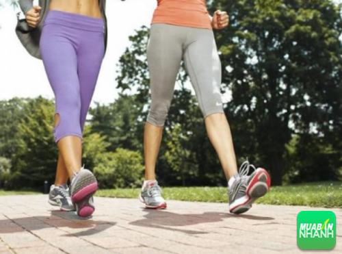 Người cổ đại coi việc đi bộ hàng ngày là biện pháp hiệu quả để giữ gìn sức khỏe, họ khuyên mọi người nên dùng một cây gậy và mang một đôi giày thật thoải mái