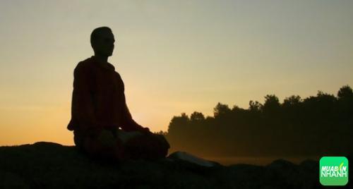 Thiền định giảm áp lực và sự lo âu, giúp kiểm soát cảm xúc, dẹp bỏ sự rối loạn tâm trí, và tăng cường khả năng suy nghĩ tích cực
