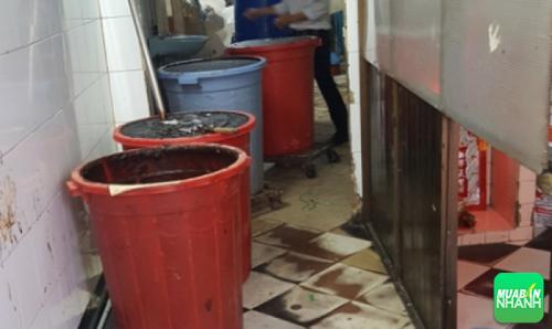 Toàn bộ nguyên liệu như bột phụ gia, phẩm màu, hương liệu… được để bừa bãi trên nền nhà bẩn thỉu