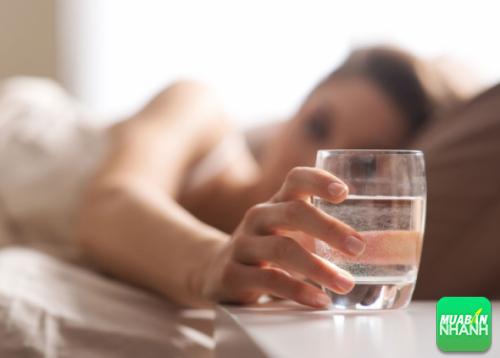 Uống một ly nước lọc hoặc 1 cốc sữa trước khi đi ngủ là cách dễ ngủ hay