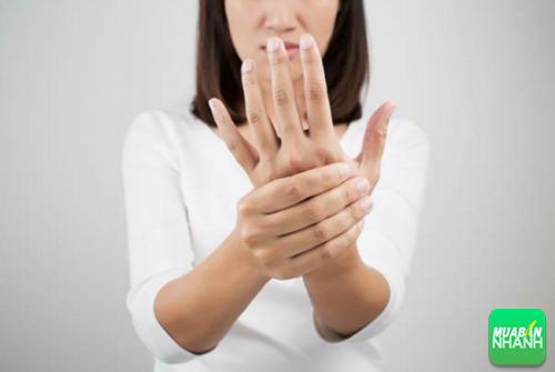 Dấu hiệu đột quỵ khiến tay và chân, kể cả mặt bạn bị tê liệt và khó hoặt động một bên