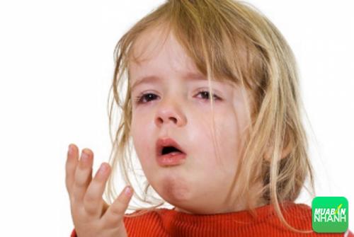 Các biến chứng của ho dữ dội gồm co thắt phế quản, nôn mửa, són tiểu và đôi khi ngất