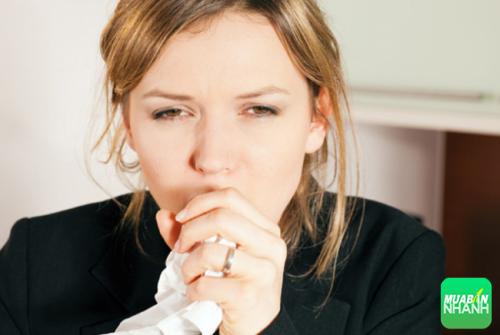 Các virus xâm nhập cơ thể và cư ngụ trong phần chất nhầy ở cổ họng gây viêm và ho.
