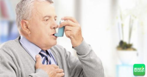Người hen suyễn thường ho mãn tính vào ban đêm với hơi thở khò khè.