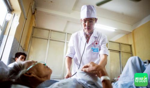 Trong quá trình điều trị ông vẫn làm việc và nghiên cứu cách chữa bệnh.