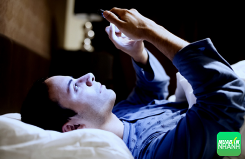 Thói quen nằm trên giường nghịch điện thoại di động