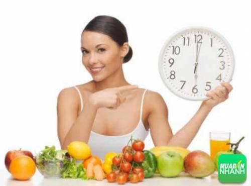 Nếu ăn tối quá muộn sẽ tác động tiêu cực từ việc nạp một bữa ăn lớn.