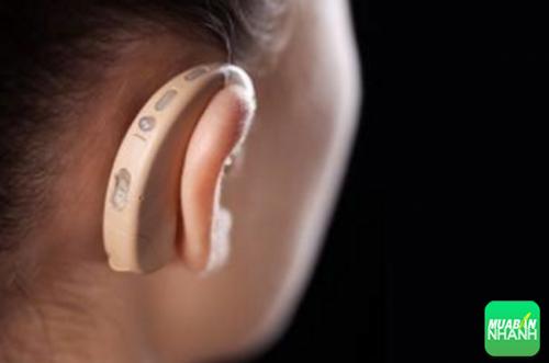 nhét bông ngâm dầu hoặc đổ keo siêu dính vào tai để bị điếc