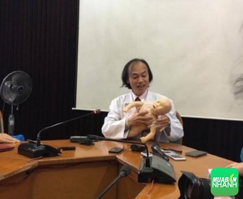 Bác sĩ khoa nhi hướng dẫn các bước cấp cứu cho trẻ khi hóc dị vật.