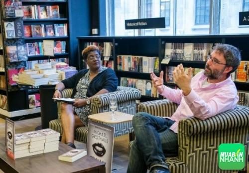Michael Grothaus (bên phải) đang kể về cuộc chiến kiêng đường tinh luyện trong 2 tuần của mình.