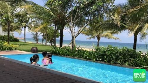 Phụ huynh nên lựa chọn những bể bơi an toàn để tránh tình trạng ảnh hưởng sức khỏe trẻ.